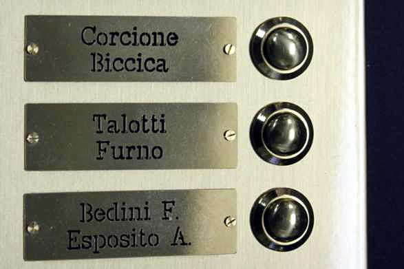 Particolare pulsanti e targhette citofono